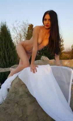 Красивая девушка предлагает интим фото и видео для просмотра мужчине